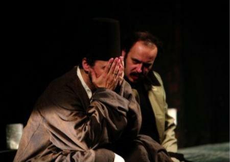 """Nikola Ristanovski kao Ahmed Nurudin i Ljubomir Bandović u ulozi Hasana u predstavi """"Derviš i smrt"""" u režiji Egona Savina."""