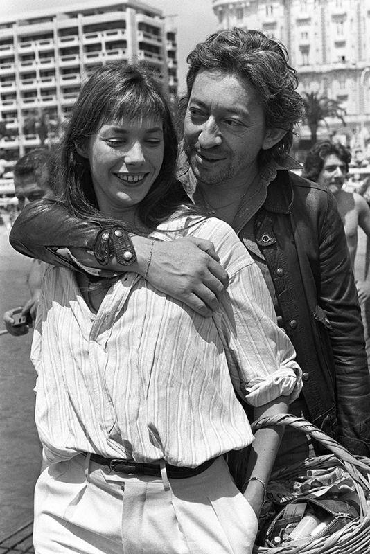 Le chanteur Serge Gainsbourg est accompagné de l'actrice et chanteuse Jane Birkin, le 22 mai 1976, lors du Festival de Cannes. Singer Serge Gainsbourg is accompanied by actress and singer Jane Birkin, 22 May 1976 during the Cannes International Film Festival. / AFP PHOTO