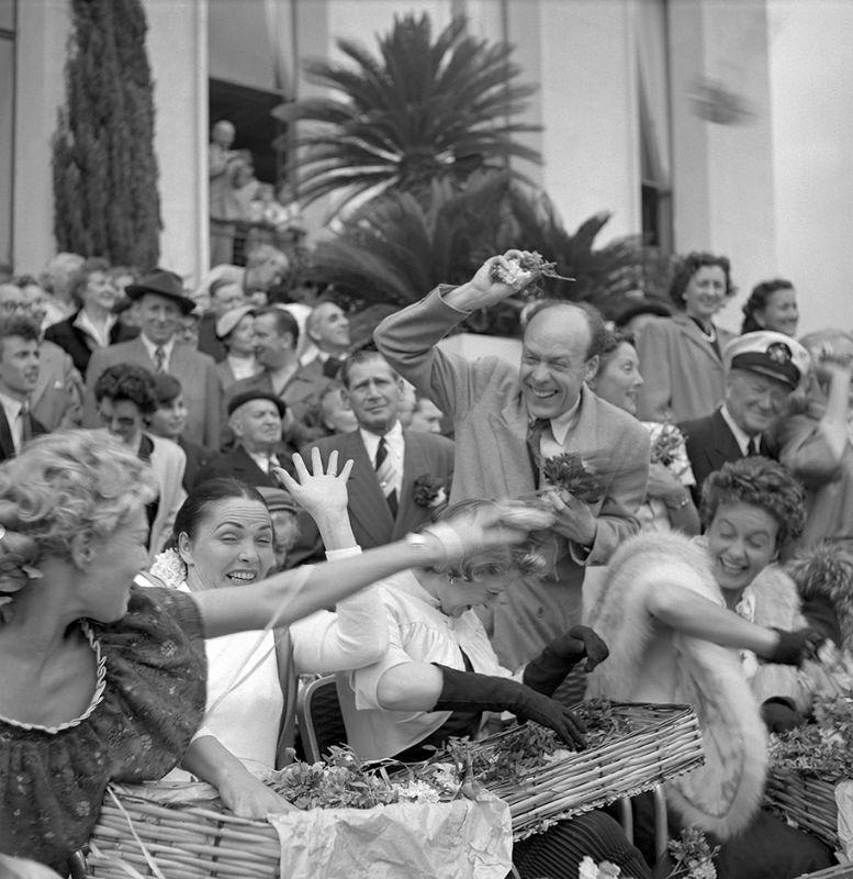 Un défilé de chars et de bataille de fleurs sont organisés, en avril 1953, lors de la 7ème édition du Festival de Cannes. / AFP PHOTO / STAFF