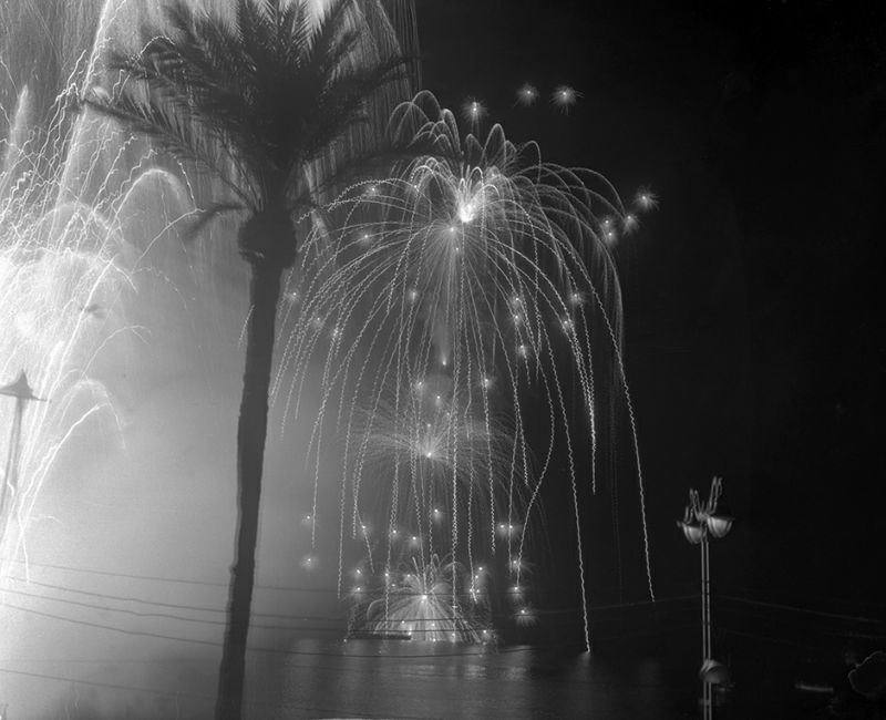 Photo prise en 1946 d'un feu d'artifice pendant le festival de Cannes. Picture taken in 1946 of a fireworks during the Cannes International Film Festival. / AFP PHOTO / -