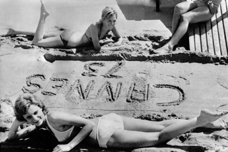 Des jeunes femmes se reposent sur la plage, 09 mai 1973, pendant le Festival de Cannes. Young ladies rest on the beach, 09 May 1973, during the Cannes International Film Festival. / AFP PHOTO / STAFF