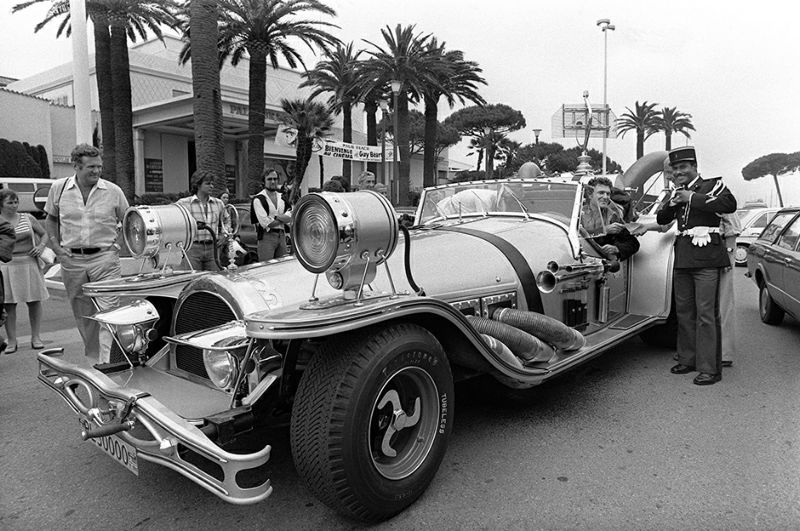 Une voiture insolite circule sur la croisette, le 25 mai 1977, lors du Festival de Cannes. Picture of an unusual car taken 25 May 1977, during the Cannes International Film Festival. / AFP PHOTO / STAFF