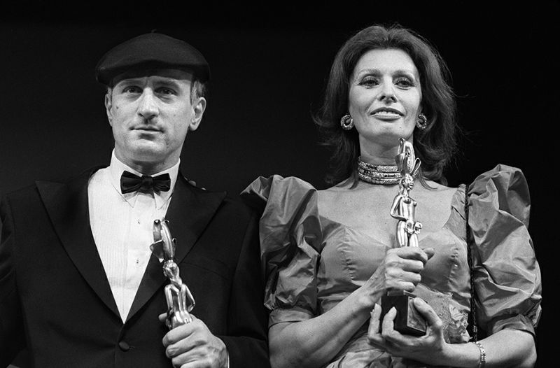 American actor Robert de Niro (L) and Italian actress Sophia Loren display their awards during the 36th International film festival in Cannes on May 7, 1983. AFP PHOTO RALPH GATTI / AFP PHOTO / RALPH GATTI