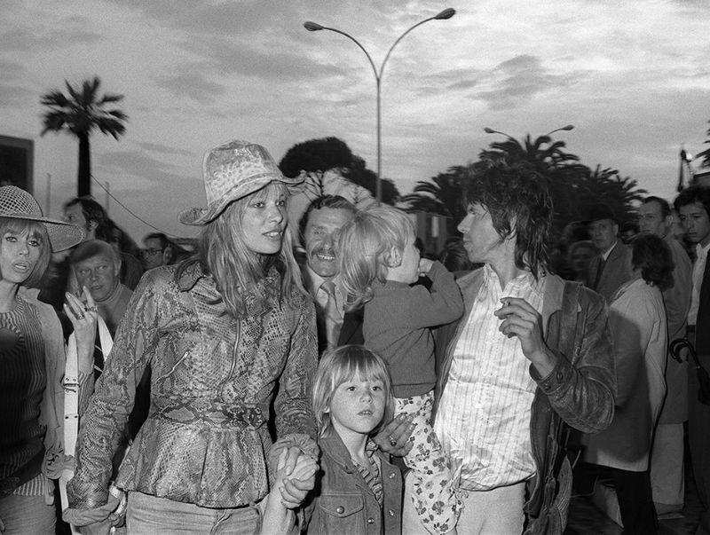 """Le guitariste des Rolling Stones, Keith Richard et sa femme Anita Pallenberg, actrice et leur enfants arrivent, le 12 mai 1971, au 25ème Festival International du Film de Cannes pour assister à la projection de """"Gimme Shelter"""", documentaire sur un concert du groupe. AFP PHOTO / AFP PHOTO"""