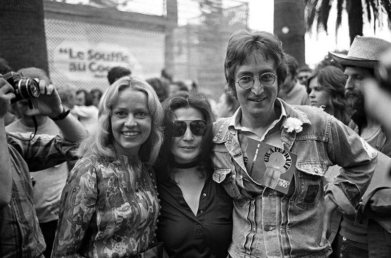L'actrice Jeanne Moreau (G) est accompagnée du chanteur John Lennon et de son épouse Yoko Ono, en mai 1971, lors du Festival de Cannes. Actress Jeanne Moreau (L) is accompanied by singer John Lennon and his wife Yoko Ono, in May 1971 during the Cannes International Film Festival. / AFP PHOTO