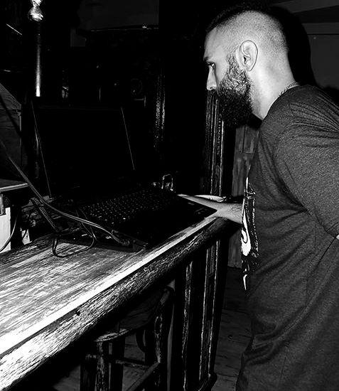 U drugom setu sa zajedničkog nastupa je bilo i nekoliko naših remixa i tehno traka. Jedna savršena priča koju si mogao da ispratiš jedino ako si bio prisutan - teško je takav set obajsniti rečima