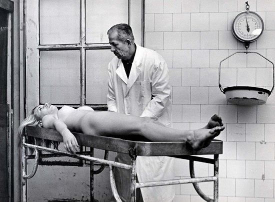 Scena iz filma Ljubavni slučaj ili tragedija službenice PTT iz 1967.jpg